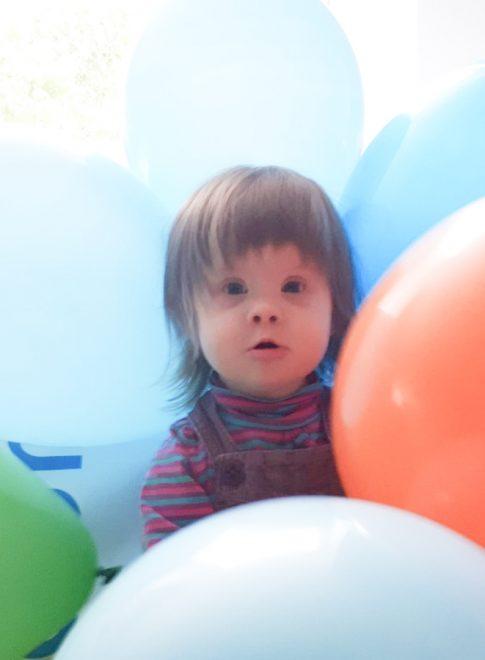 fetita cu baloane-min 1